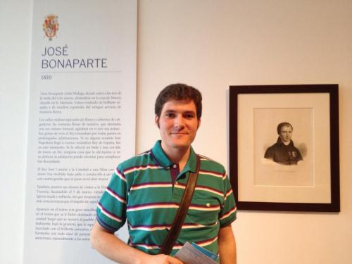 Jon_Valera_presidente_de_la_Asociacion_Teodoro_Reding_junto_a_grabado_Jose_Bonaparte_I_Museo_Patriomonio_Municipal_Malaga